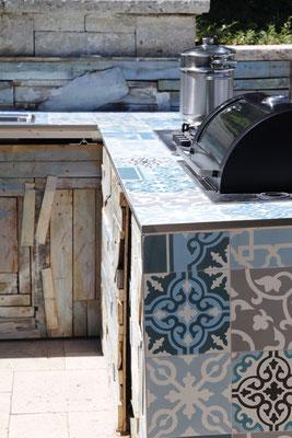 Outdoorküche und Grill mit Mosaikfliesen auf Travertin Natursteinterrasse