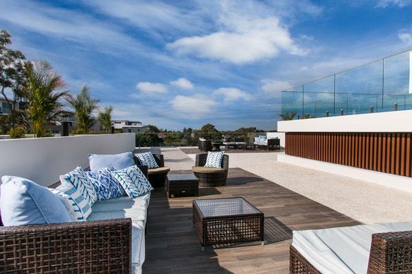 Dachterrasse mit Outdoormöbeln Lounge und Terrasse aus Keramik