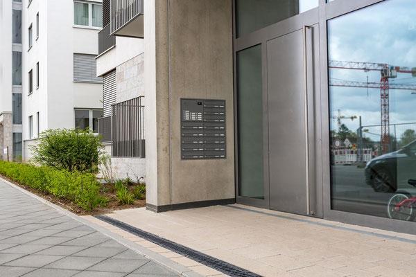 Repräsentativer Eingangsbereich mit Beton Fertigteilen und Belag aus Betonplatten