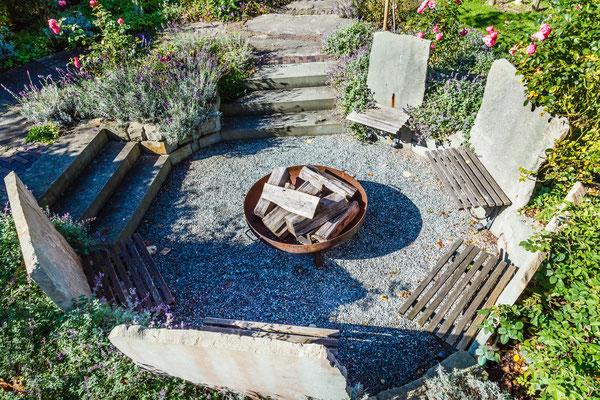 Bauerngarten mit Feuerstelle und Feuerschale mit Sitzbänke aus Holz