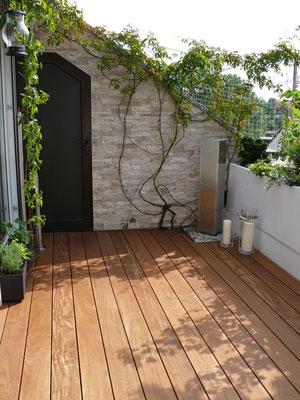 Dachterrasse mit Holzdeck Holzterrasse und Gartenbrunnen Wasserspiel und kleinen Pflanzgefäßen mit GartenKräuter