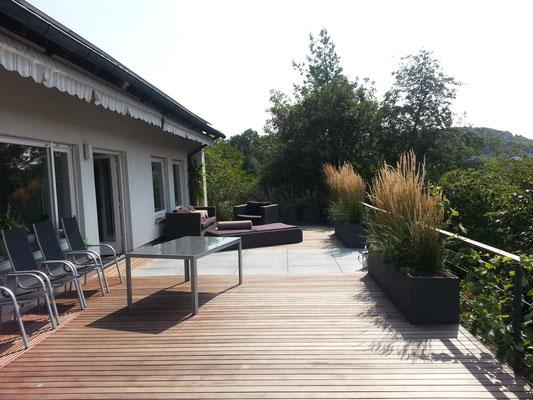 Dachterrasse Leonberg mit Pflanztrog Pflanzgefäße mit Reitgras Gräser und Outdoomöbel Lounge