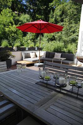 Dachterrasse mit Bepflanzung Lechuza Lavendel Gräser mit Sonnenschirm und OutdoorLounge