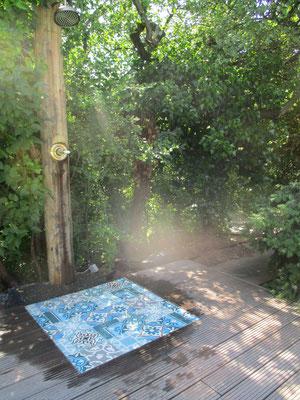 Gartendusche Regenwald aus Robinienholz Holzstamm und Fläche aus Mosaikfliesen in Holzterrasse Holzdeck
