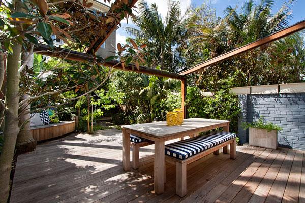 Tropisches Flair im kleinen Garten Holzterrasse Holzdeck und Pergola