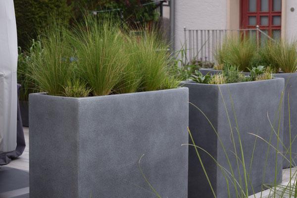 Hochbeet Pflanzgefäß mit Gräser Funkie auf Keramikplatten Terrasse