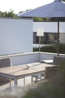 Dachterrasse mit Gartenmöbel, Sonnenschirm und Gartenbeleuchtung
