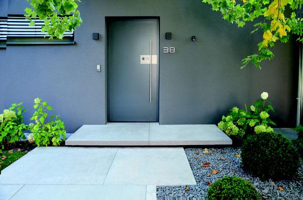 Vorgarten Eingangsbereich mit Beton Podestplatte und Betonplatten im Großformat Zierkiesfläche aus Basalt