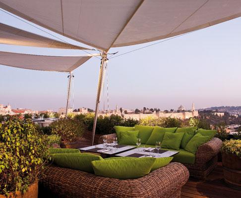 Dachterrasse mediterran mit Sonnensegel und Holzterrasse Holzdeck mit Outdoormöbel