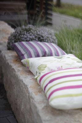 Dekokissen Outdoor auf Jurakalk Sitzstein mit Lavendel und Gräser