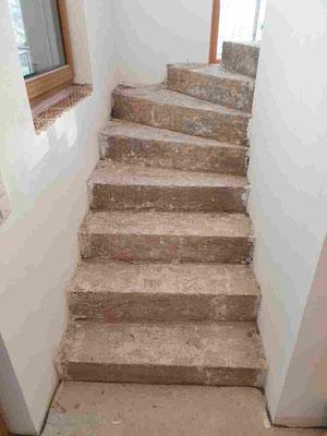 Treppenanlage im Haus neu belegen.