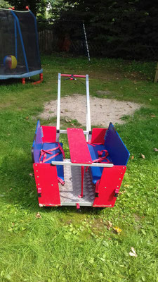 Wir freuen uns sehr, diesen tollen Krippenwagen gefunden zu haben. Sechs Kinder können wir mit diesem Gefährt kutschieren. Nun können die Spielplätze der Umgebung erkundet werden...