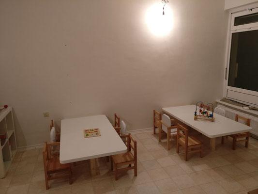 Unsere Tische werden genutzt zum Essen, malen, basteln, puzzeln usw. Benötigen wir die Tische gerade nicht, lassen sich diese problemlos hochklappen.