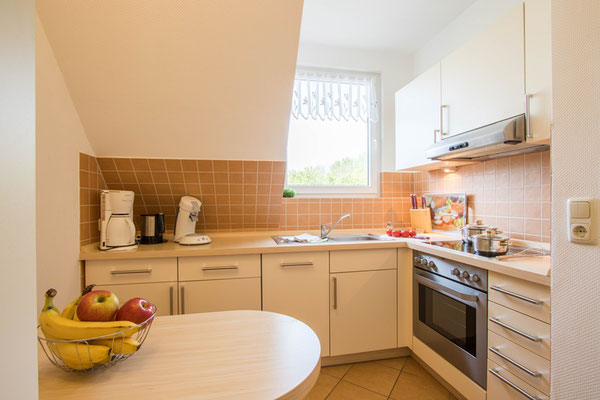 Separate Küche mit Sitzgelegenheit, komplett eingerichtet