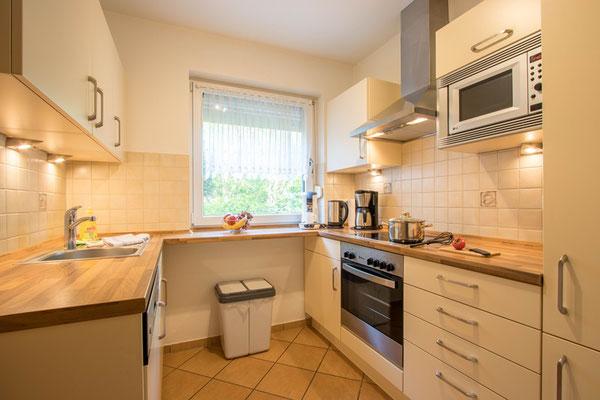 Separate Küche, komplett eingerichtet