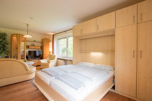 Schrankbett mit Lattenrosten und Federkernmatratze 1,80 x 2,00 im Wohnzimmer