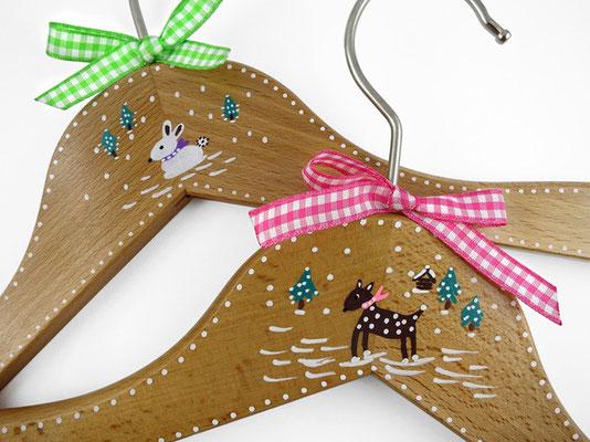 Kinderkleiderbügel handbemalt - Schneehase und Schneebambi
