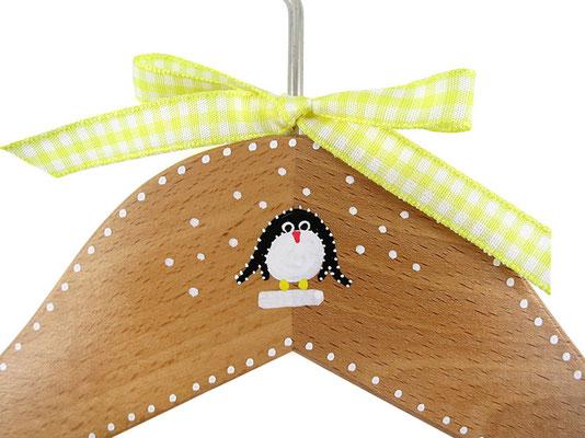 Kinderkleiderbügel handbemalt - Pinguin im Schnee