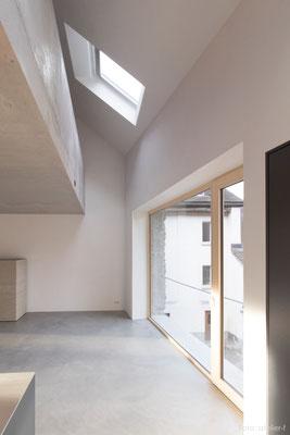 Sichtbetongallerie und Betonboden, Wände aus geglättetem Sumpfkalkputz