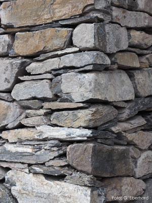 Mauereck aus Natursteinen, Haldenstein