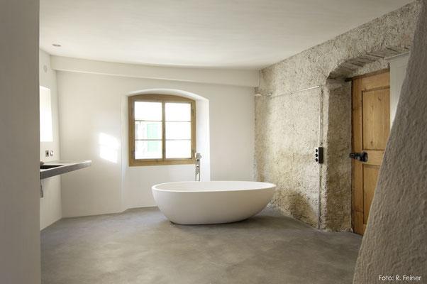 Badezimmer mit dunklem Basaltboden, Malans