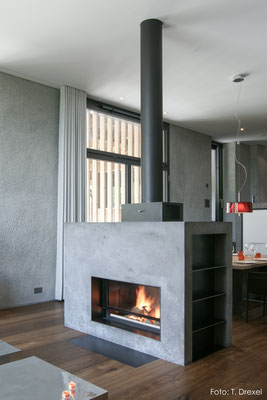 Cheminée aus eingefärbtem Beton, Fläsch