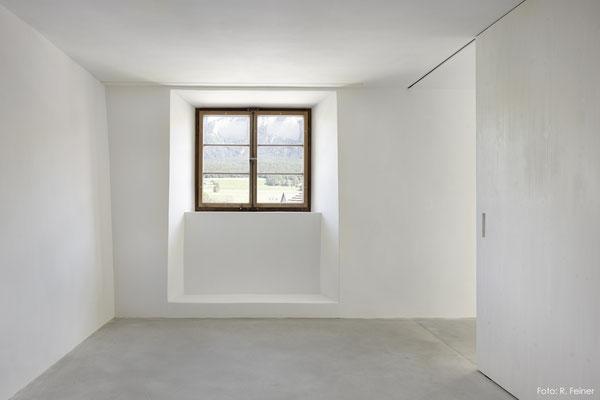 Zimmer mit Kalkputz und Kalk-/Zementboden, Haldenstein