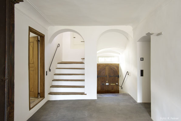 Treppenhaus mit dunklem Basaltboden, Malans