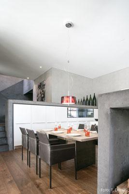 Küchenmöbel mit eingefärbten Betoneinfassungen, Fläsch