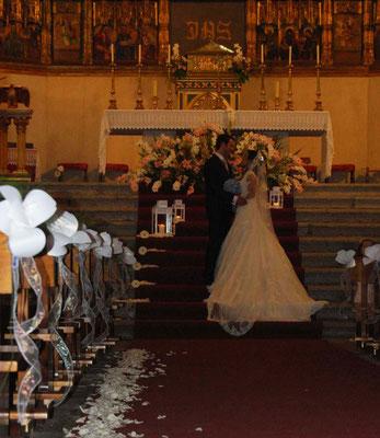 boda-gema&alberto-pasillo-flores-amarilis