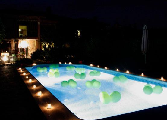 cóctel-S&J-flores-papel-nenufar-globos-piscina-noche