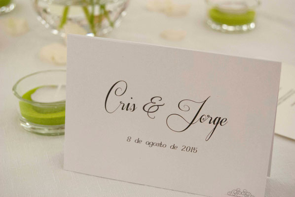 boda cris&jorge-centro-gerberas-paniculata-velas-detalle-mesero