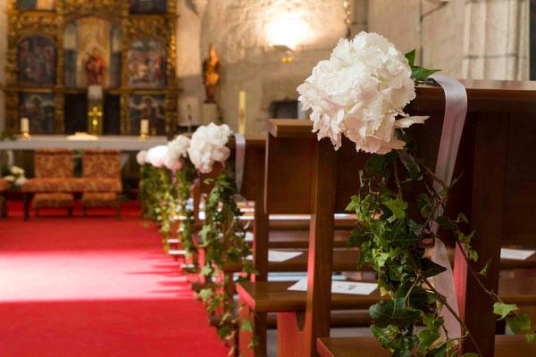 boda-aurora&pablo-iglesia-hortensias-hiedra-pasillo