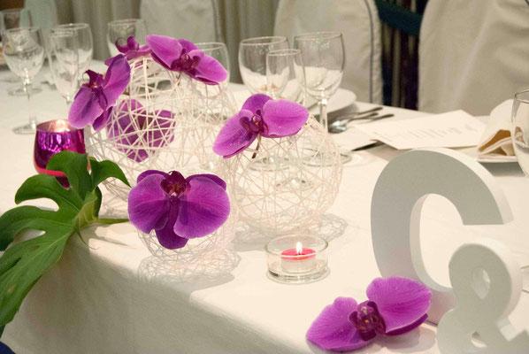boda cris&jorge-centro-detalle-orquidias-bolas-hilo