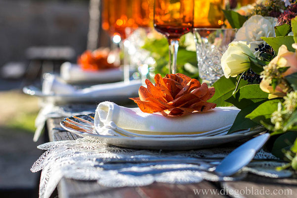 granada-centro-mesa-naranja-rosas-papel-detalle