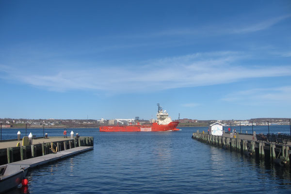 Ein Containerschiff verlässt den Hafen
