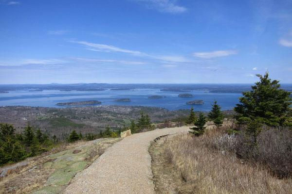 Blick vom Cadillac Mountain auf die Inseln vor der Küste bei Bar Harbor