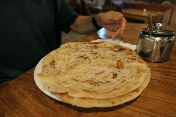 Arabisches Fladenbrot, frisch auf den Teller