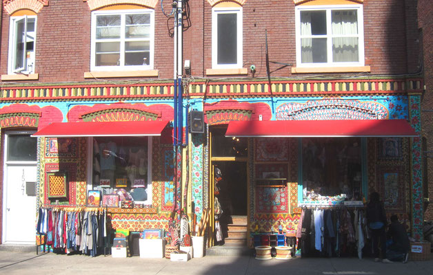 Häuserfronten mit Souvenirläden