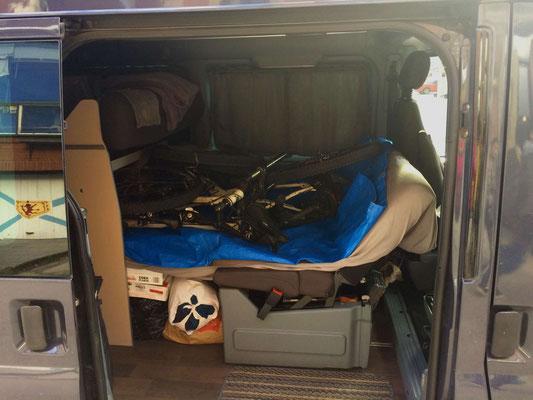 Die Räder sind für die Reise im Auto verstaut