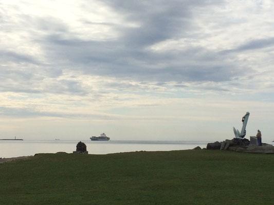 Ein Containerschiff läuft am Point Pleasant Park vorbei in den Hafen ein