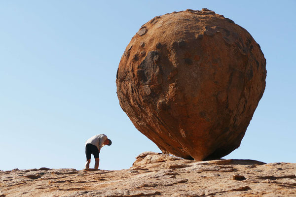 Ein sogenannter Balanced Rock - ein Fels, der nur auf wenigen Punkten steht