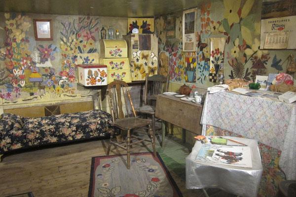 Der winzige Wohnraum von Maud Lewis - liebevoll von ihr bemalt