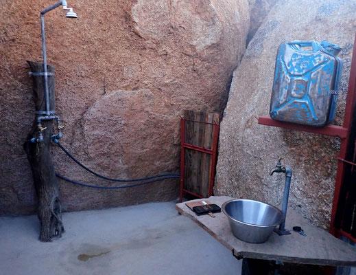 Unsere Dusche in einer Felsnische, liebevoll gebaut