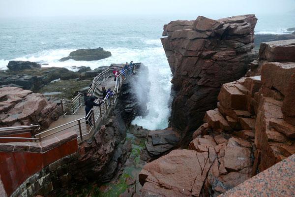 Thunderhole-Felsen: Die Besucher hatten ihren Spaß mit dem hoch aufschießenden Wasser
