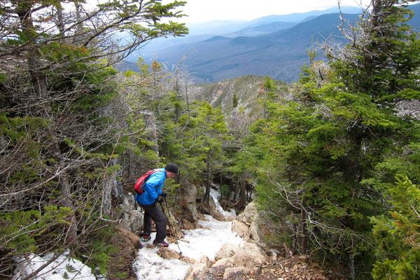 Die steilen Passagen geht es prima mit Steigeisen hinunter