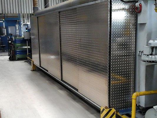 Aluminiumverkleidung mit Türsystem / Schiebetüre