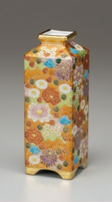 * Hanazume, Gold floral, (H.21cm) KUTANI ware