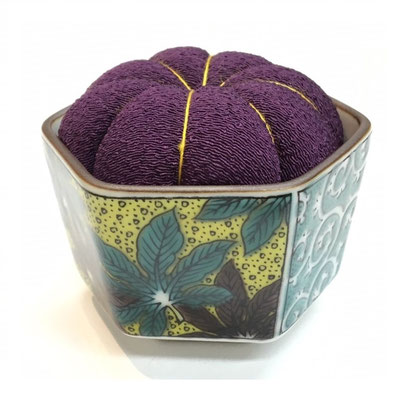 "*Pincushion in KUTANI sake cup ""Yoshidaya"""