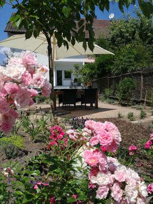 Der schön angelegte Sitzplatz für unsere Gäste im Garten, hier kann man gemütlich Kaffee trinken oder auch grillen.